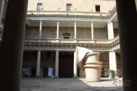 """Patio interior del Palacio de Anaya, con una de las esculturas de la exposición de Miquel Barceló """"Le grand écouteur"""", por la conmemoración del VIII Centenario de la USAL"""